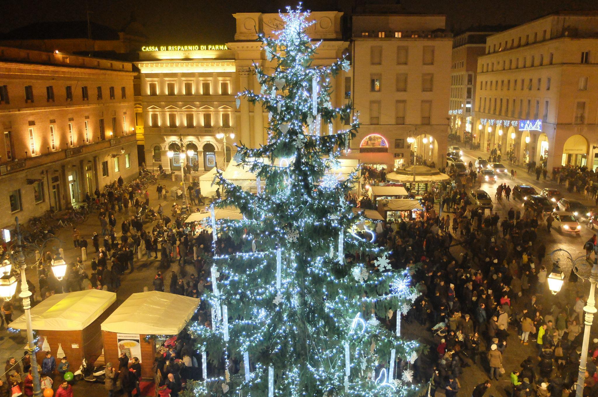 Albero Di Natale 8 Dicembre.Giovedi 8 Dicembre Accensione Dell Albero Di Natale In Piazza